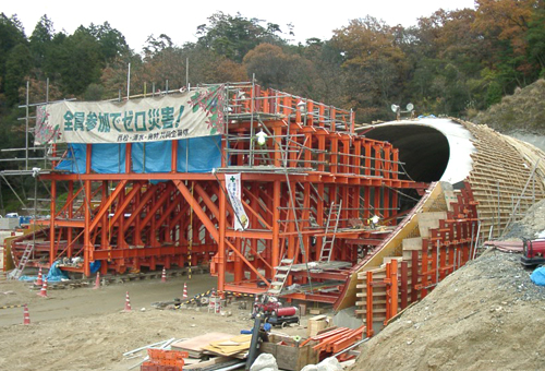 新名神高速道路 栗東トンネル 外型枠(ベルマウス式)